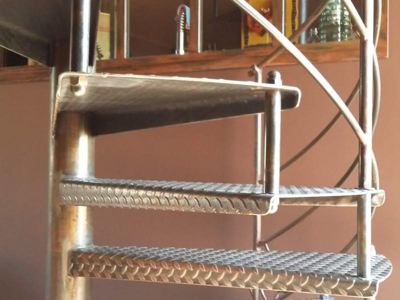 Escalier Alpes-Maritimes paca création artisanal Nice 06 ferronnerie métal hélicoïdale
